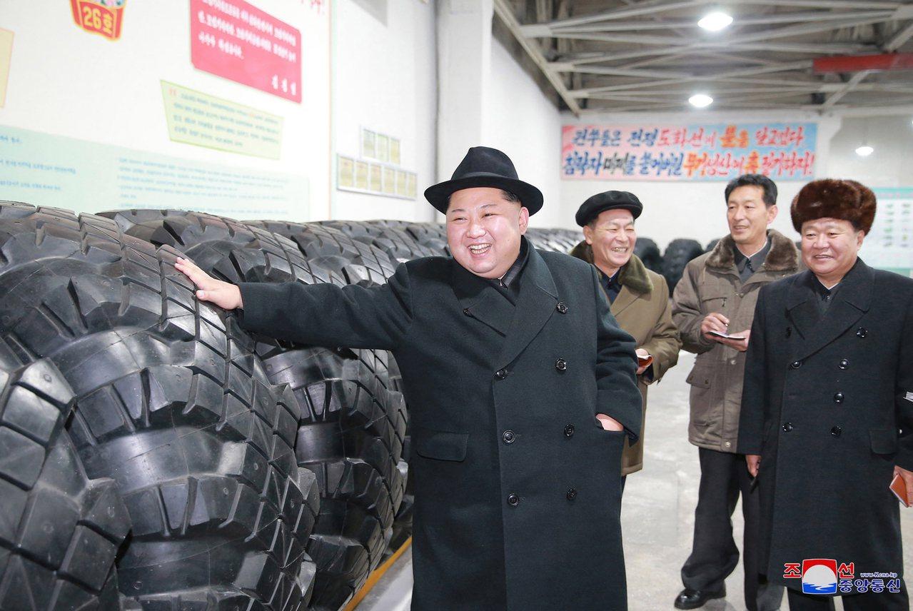 北韓領導人金正恩3日視察慈江道一處輪胎工廠,感謝工人生產運載洲際彈道飛彈發射車的...