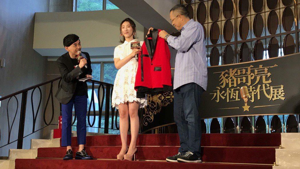 謝金晶(左二)說前幾天夢到父親來要一件紅衣,於是情商造型師特別訂製紅色西裝,打算...