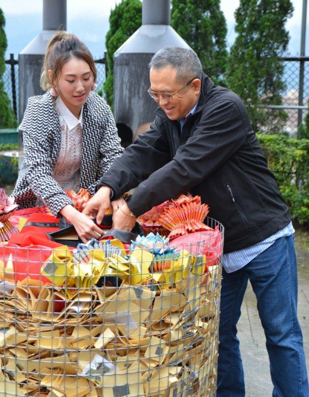 謝順福(右)、謝金晶準備火化送給父親豬哥亮的紅色西裝,祝老爸生日快樂。圖/豬哥亮...