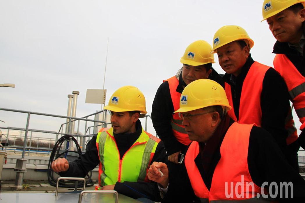 新竹縣長邱鏡淳(前左2)昨天率團到德國,到Thoeni公司參訪乾式厭氧發酵處理設...
