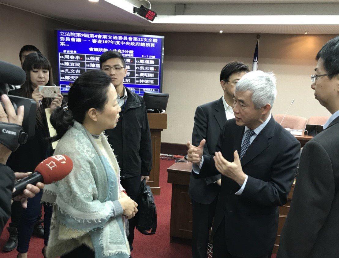 立委徐榛蔚(左)今天在立院針對蘇花公路改善工程在10月發生抽坍事件,質詢時交通部...