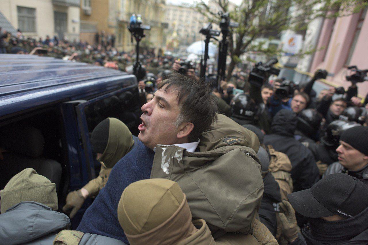 喬治亞前總統薩卡斯維利5日於烏克蘭基輔被有關單位蒙面人員強押上車,隨後被支持者強...