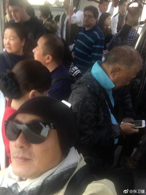 繼在香港爬山捕獲「野生」巨星周潤發,以及在市場逛街遇見獨自來買雞的影帝劉青雲之後,現在搭公車時也要把眼睛放亮,因為你很有可能會遇見張衛健。6日香港男星張衛健在微博上發出一張照片,他戴著墨鏡獨自擠在水...