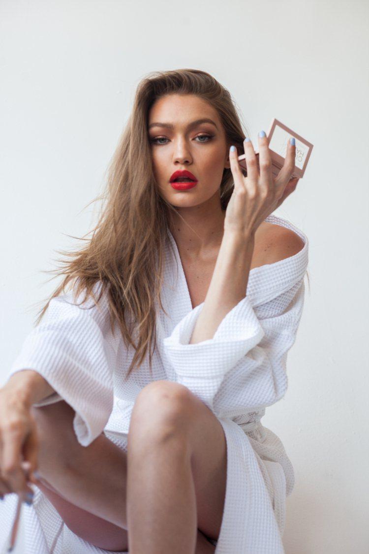 Gigi Hadid親身演繹「西岸誘惑名媛」妝容。圖/媚比琳提供