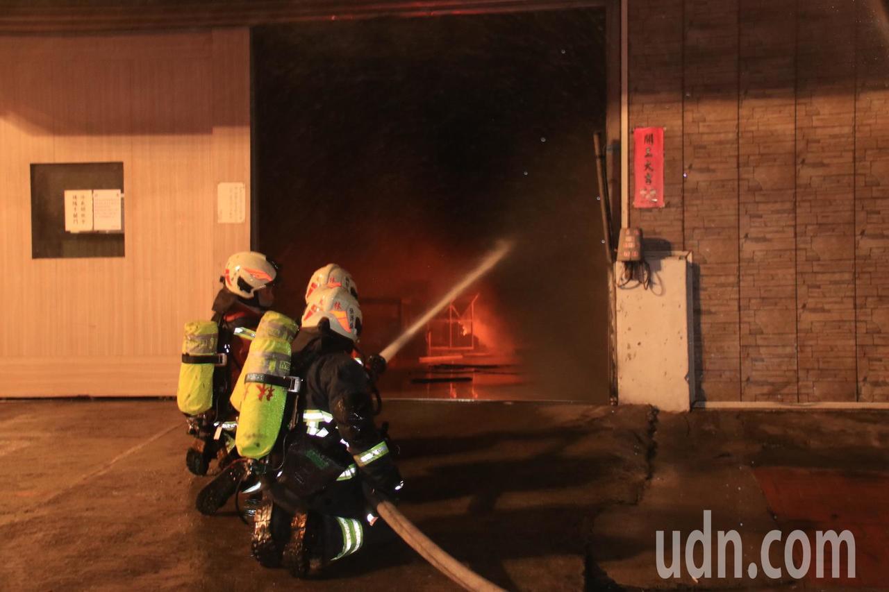 桃園市一處汽車維修廠今天傍晚5時許驚傳火警,消防灌救中。記者曾健祐/攝影