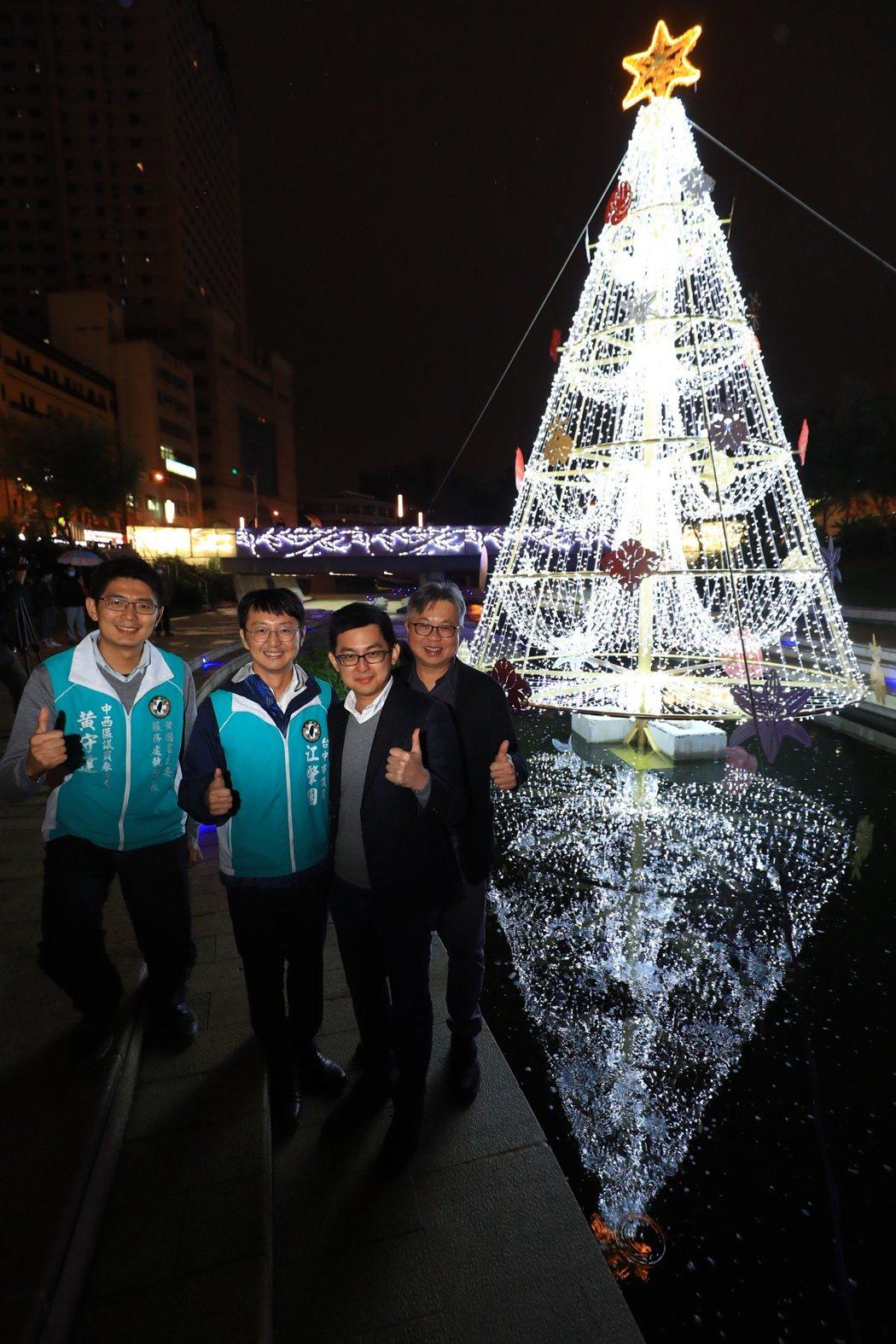 耶誕節快來了!台中市新聞局長卓冠廷(右2)表示,今年別出心裁在柳川打造全台首座9...