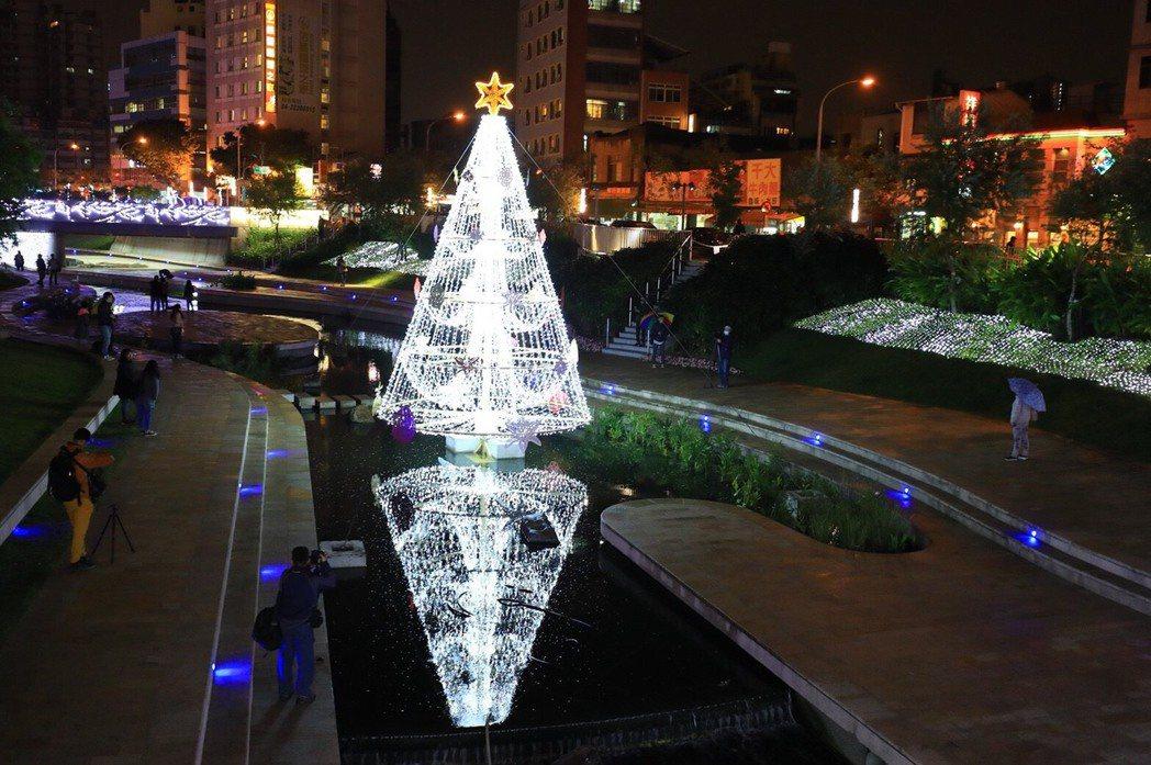 耶誕節快來了!台中市今年別出心裁在柳川打造全台首座9公尺高的「水中耶誕樹」,結合...