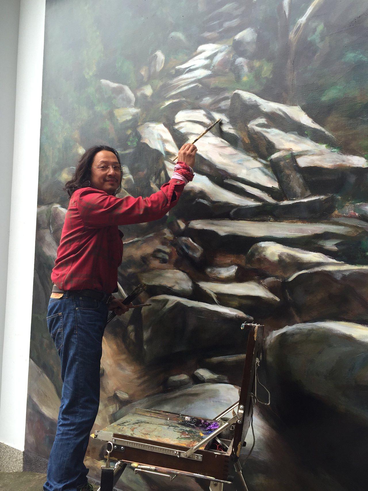 知名畫家鄒佳哲日前頂著11度的低溫來金門進行彩繪「豆腐古道」的工作。記者蔡家蓁/...