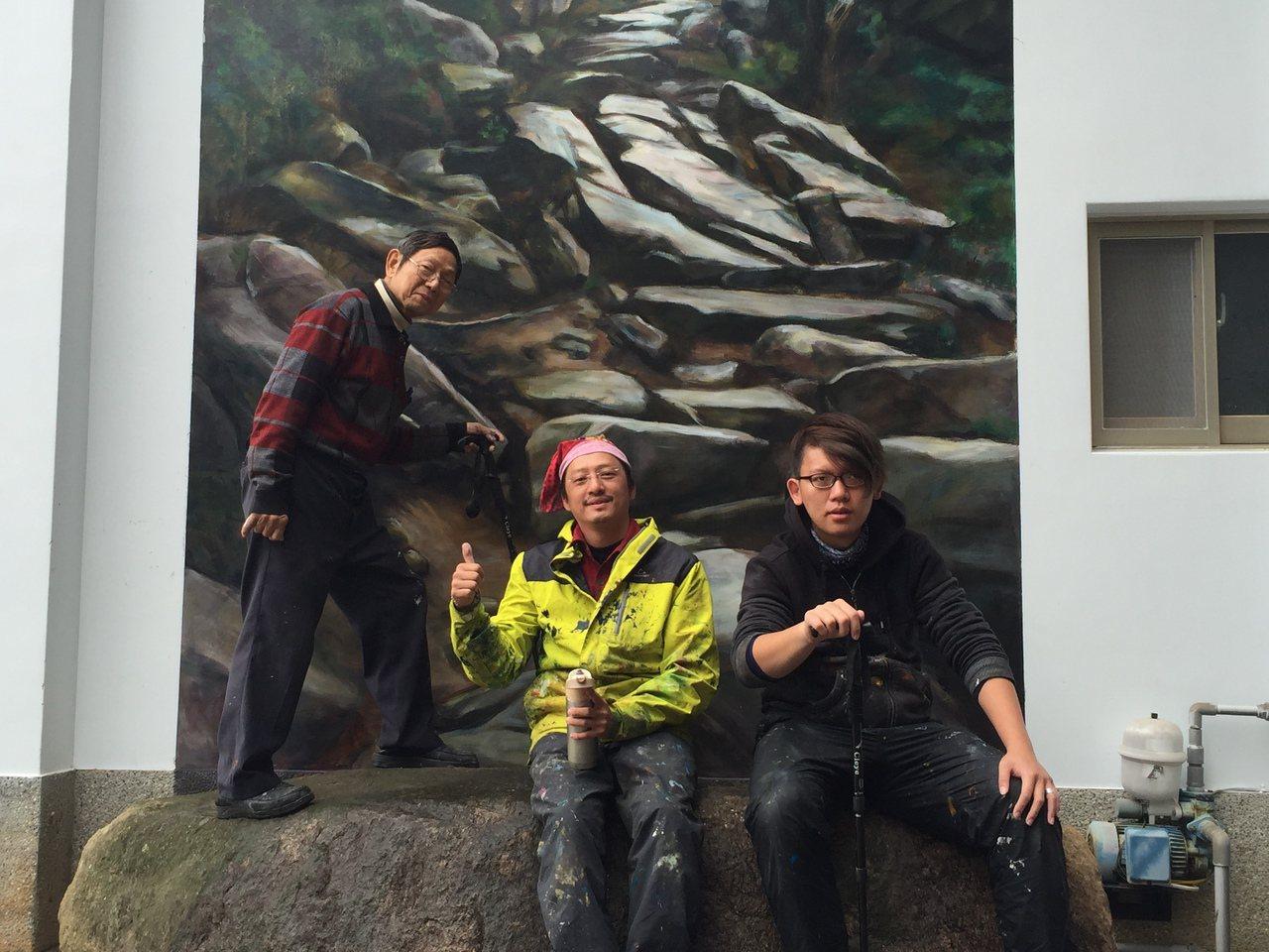 知名畫家鄒佳哲(中)應金門縣文化局之邀,把崎嶇難行的豆腐古道畫在牆上,他與2助手...