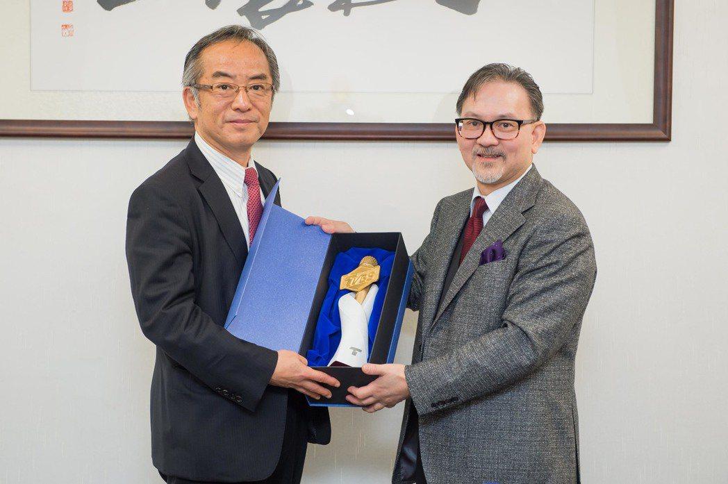 waku waku Japan社長(左)與TVBS營運長廖福順合影。圖/TVBS...