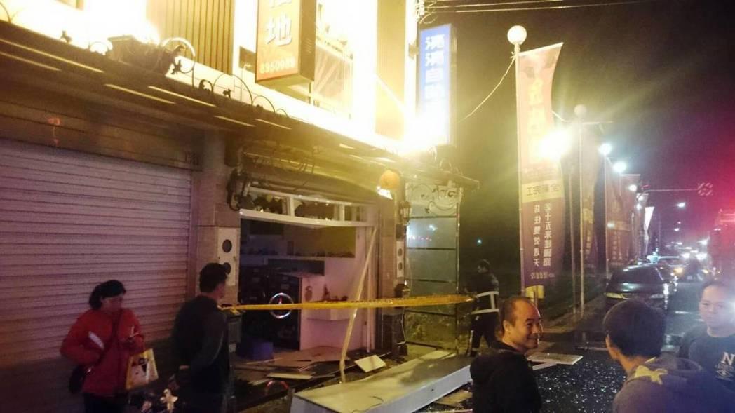 二林鎮一家自助洗衣店今晚發生氣爆,造成一對年輕夫妻燒燙傷,引來民眾好奇圍觀與議論...