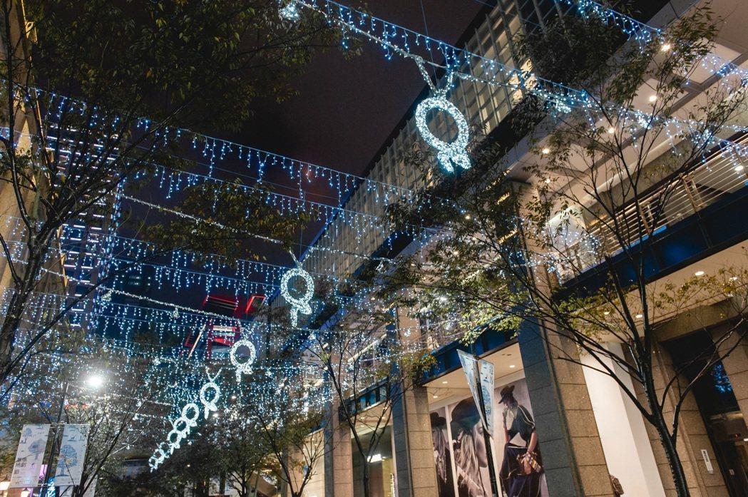 寶格麗藝術蛇燈點亮台北信義區。圖/BVLGARI提供