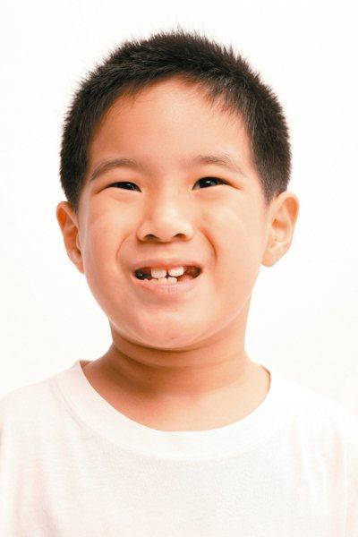 孩子牙齒掉了,家長總有兩樣情,如果乳牙自然脫落,代表孩子的恆牙可能要長出來了;如...