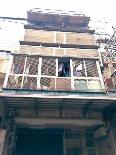 新北樹林三龍街民宅,二樓加蓋四層違建變成六層樓,月初才遭強制拆除。 記者陳珮琦/...