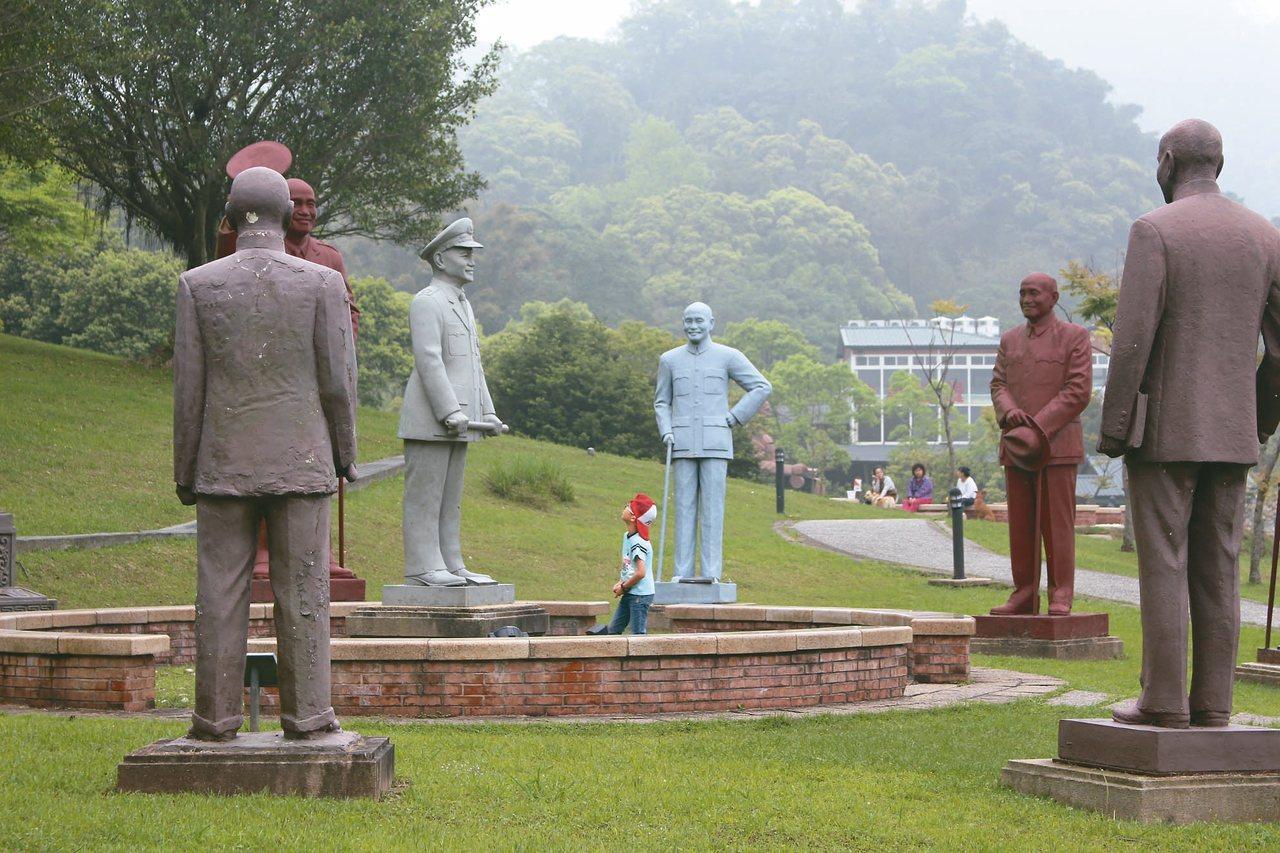 促轉條例三讀通過後,桃園慈湖兩蔣文化園區去留備受矚目。圖為慈湖雕塑紀念公園,保存...
