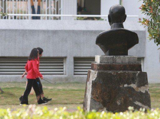 立法院通過促轉條例三讀,許多校園內的蔣公銅像可能將面臨拆除,圖為高雄市左營眷村永...