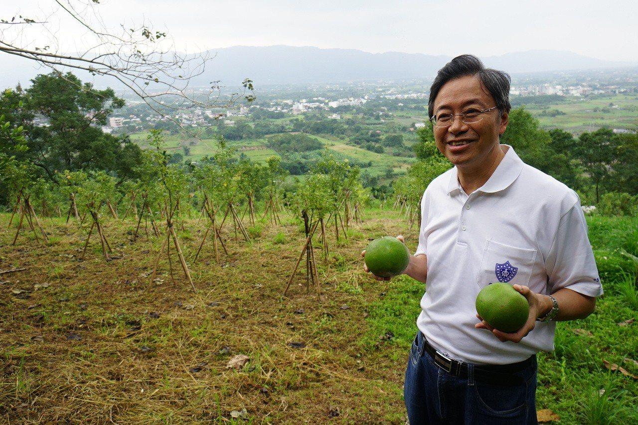 前行政院長張善政卸下政治公務後樂在田園生活。 記者/王燕華攝影