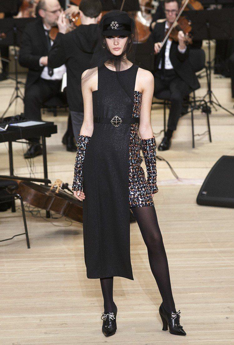 不對稱剪裁的晚裝禮服,搭配彩色珠飾亮片打造的布料與手套,前衛有個性。圖/香奈兒提...