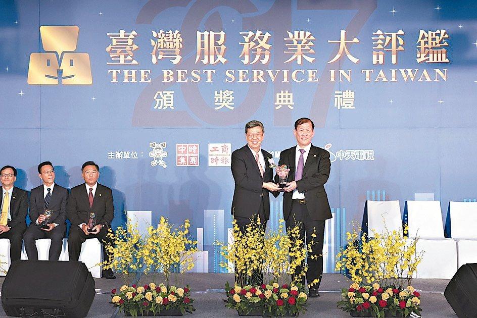 台灣服務業大評鑑中國醫藥大學附設醫院獲金獎。