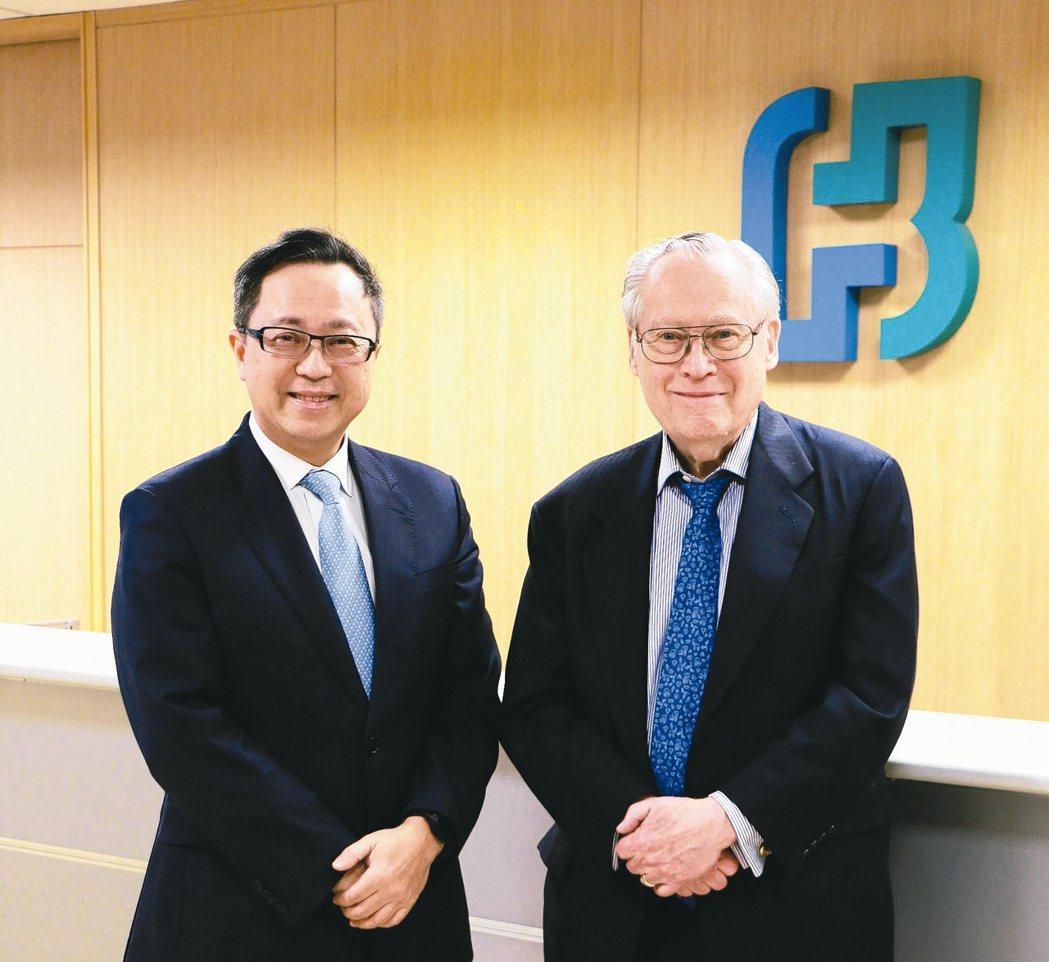 債券大師丹法斯(右)與富邦投信董事長胡德興,針對2018年債券市場走勢進行交流。...
