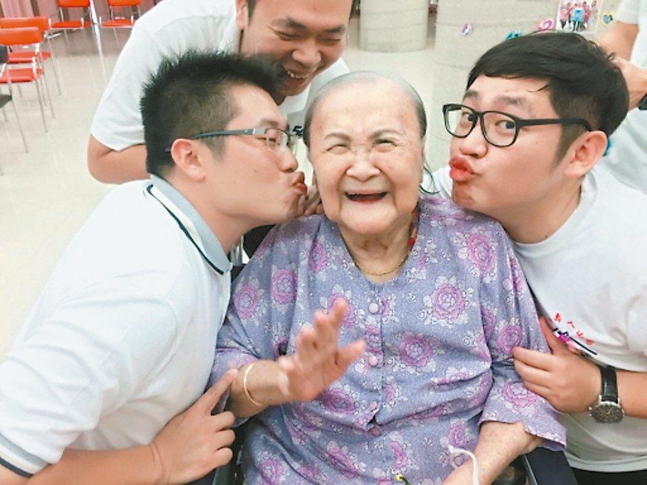 南山人壽業務夥伴定期至保康長照中心陪伴長輩,逗得長輩笑開懷。 南山/提供