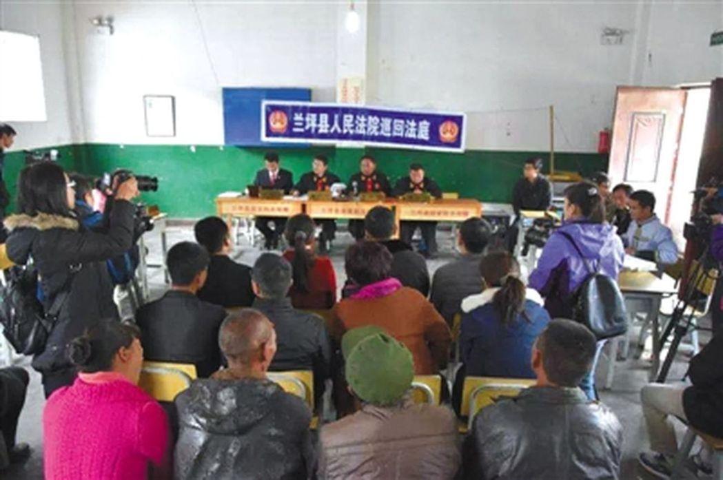 子女輟學,家長被鎮政府告上法庭。