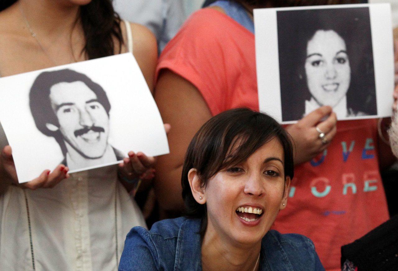 被偷走的40年:嬰兒期失散的阿根廷女子與親人重聚。 路透社
