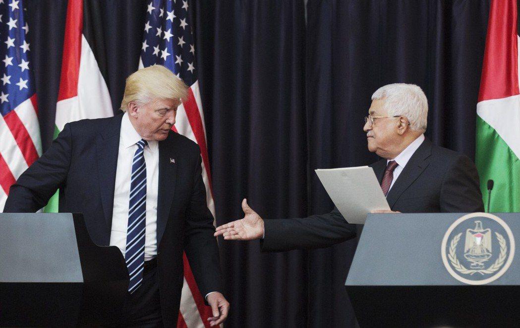 川普(左)認耶城為以首都,巴勒斯坦總統阿巴斯表示無法接受。圖為兩人今年5月23日...