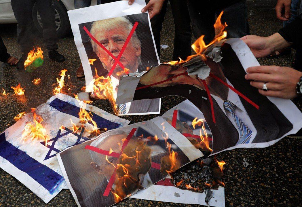 巴勒斯坦人在加薩走廊南部的拉法市,焚燒川普及以色列總理內唐亞胡的肖像,表達抗議。...