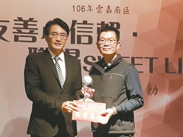 台南璨揚企業接受勞動部頒獎表揚,由公司人資經理陳漢蔚(右)代領。