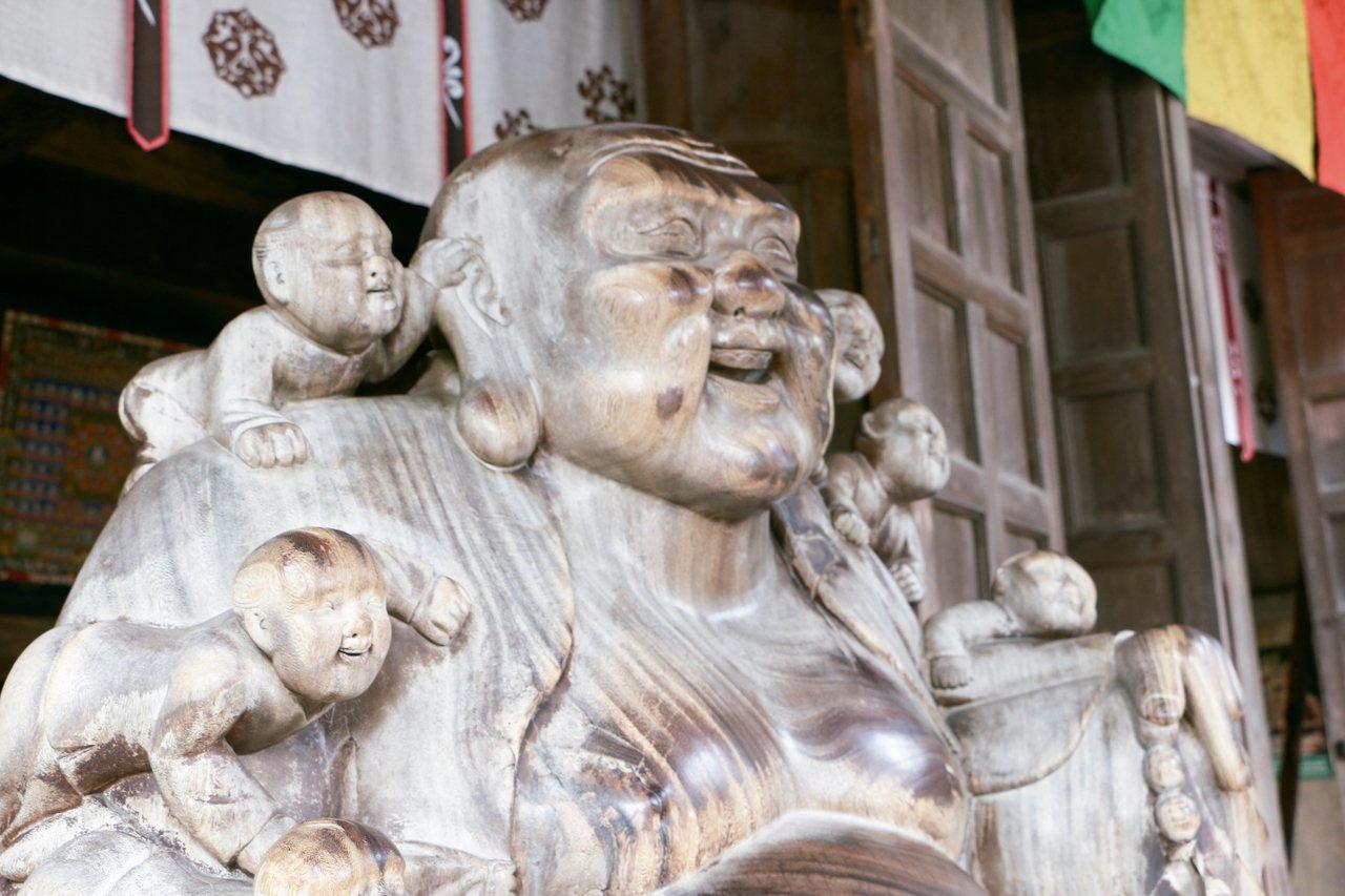 據說撫摸「立石寺中堂」殿前的佛陀可以治療病痛。