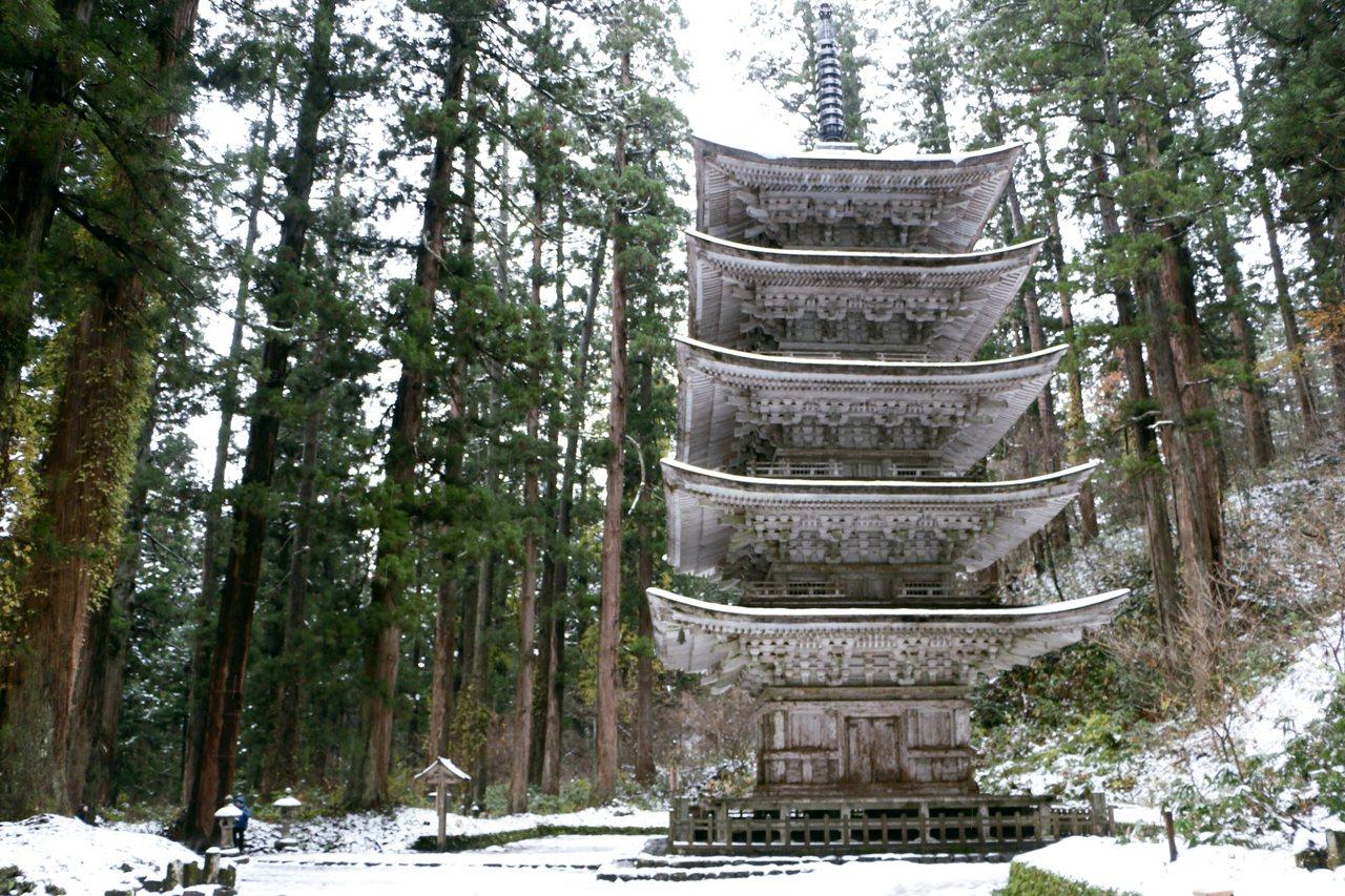 羽黑山五重塔高29公尺,以日本傳統建築手法「柿葺」搭建而成。