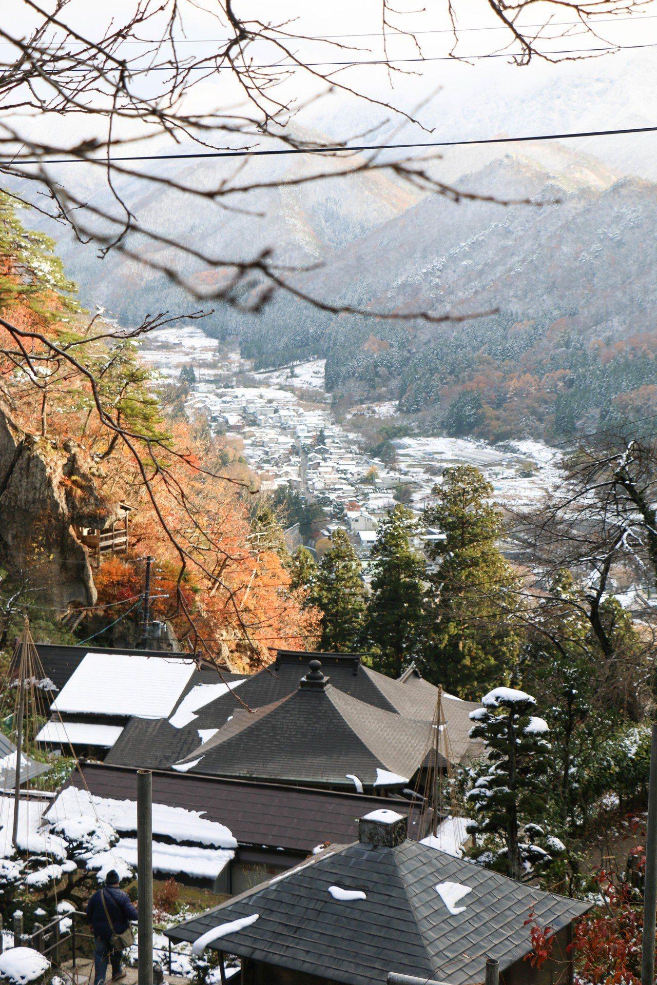 從山寺可以看到山形市及出羽丘陵。