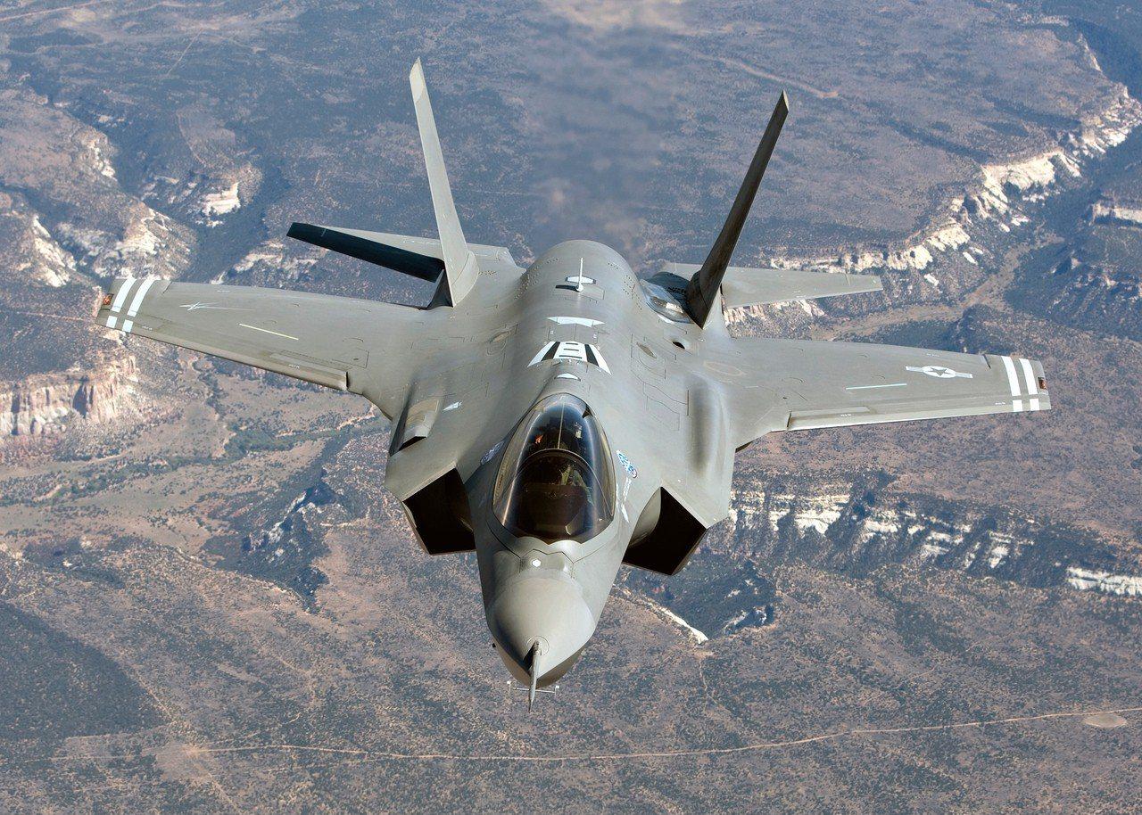 美國F-35A戰機(圖)與F-16於代號「警戒王牌」的美韓聯合軍事演習中,首次於...