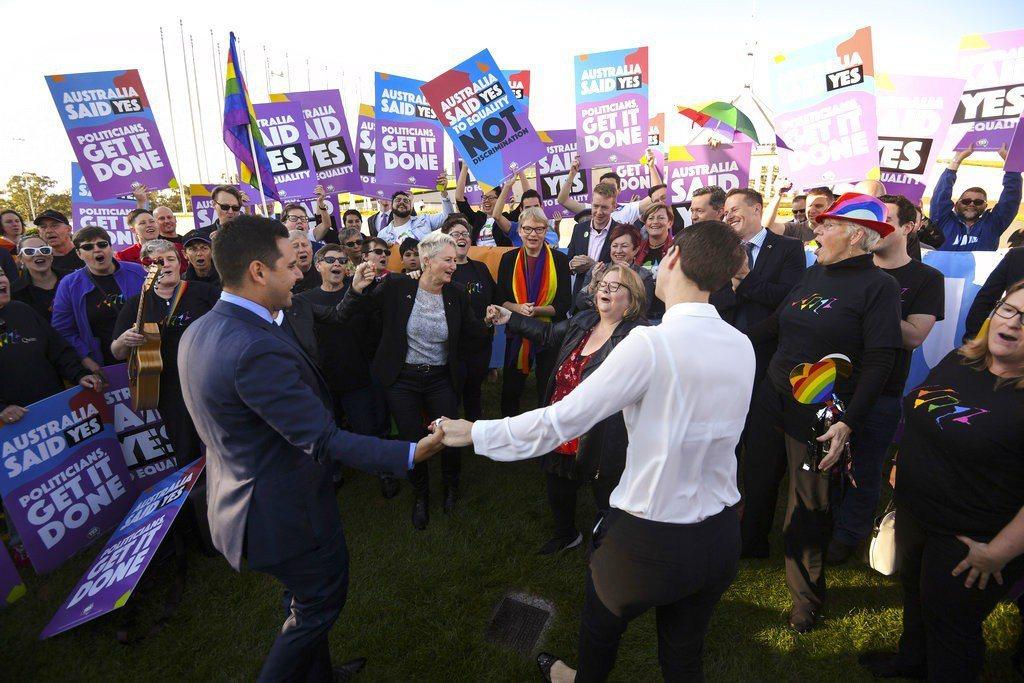 澳洲國會今天通過同性婚姻合法化法案,結束數十年來的政治爭論,澳洲成為全球第26個...