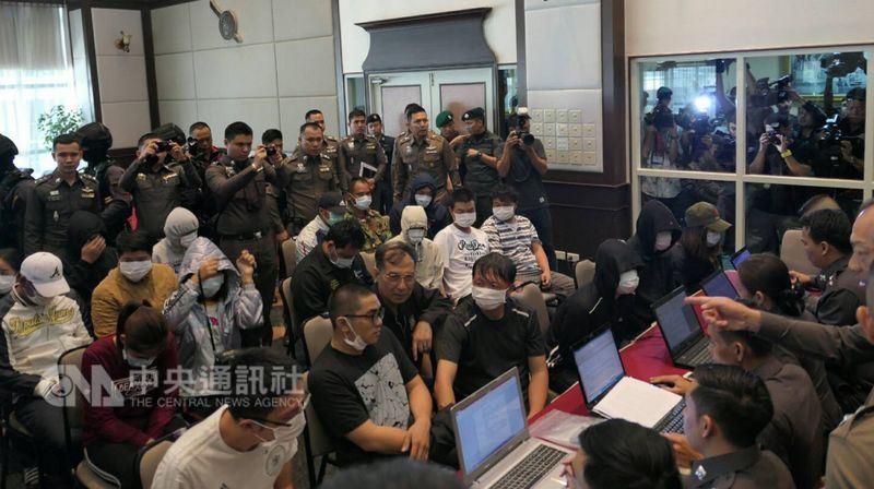 泰國警方近期陸續破獲跨國電信詐騙集團,警方今天召破案開記者會,其中3名台灣車手(...