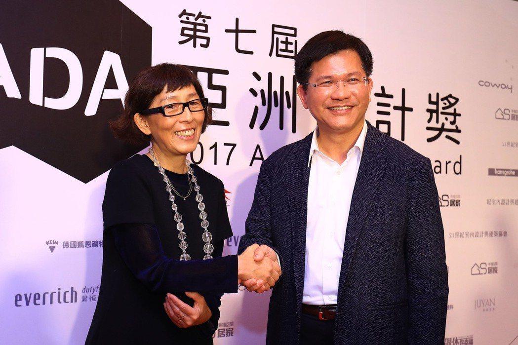 台中市長林佳龍(右)7日與設計台中綠美圖的日籍建築師妹島和世(左)出席第七屆AD...