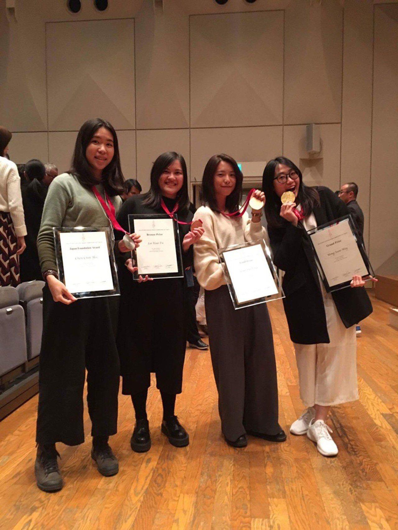國立台灣藝術大學的學生黃心薇(右)等人的作品「融石」,3日在亞洲學生包裝設計競賽...