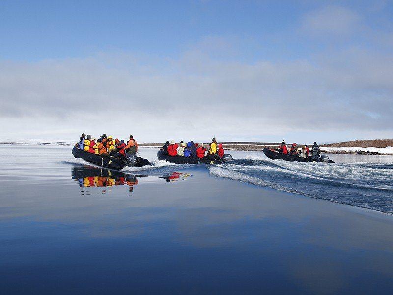 海天藍成一色,紅色氣墊船點綴其中,別有風味。
