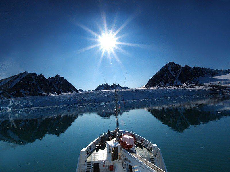 乘船在冰海中漫遊,欣賞陸地風景和冰川,是旅遊格陵蘭最愜意的活動。