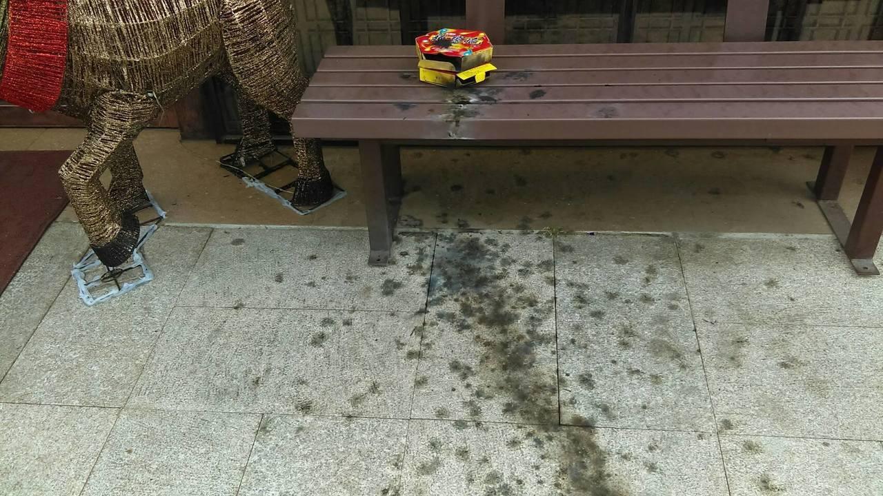 喜宴炮炸餐廳 長椅毀、地板焦 客辯:沒說不能放