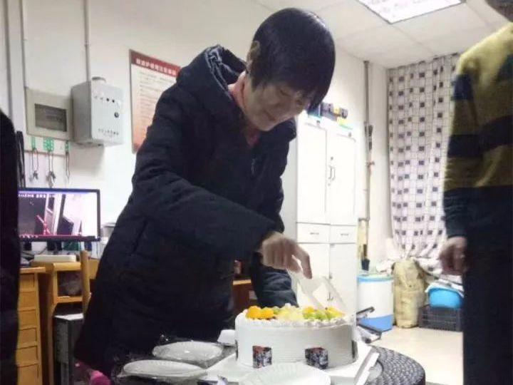 每年11月24日,杭州電子科技大學27號宿學生都會幫他們的女神徐根娣過生日。圖截...