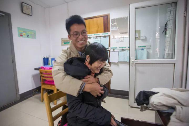 住在27號宿舍的學生楊波,得知徐阿姨被續聘回學校工作,特地去看她然後一把將她給抱...