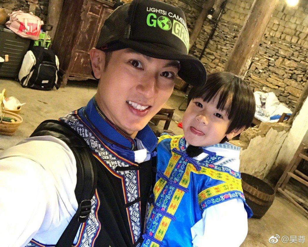 吳尊帶著兒子Max參加實境節目「爸爸去哪兒5」。 圖/擷自吳尊微博