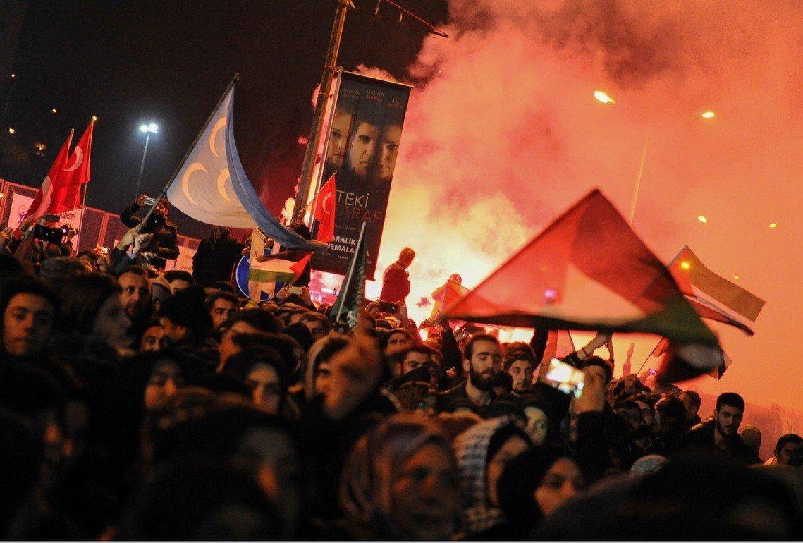 在土耳其,憤怒的巴勒斯坦聲援者們,集結伊斯坦堡的美國領事館外。 圖/美聯社