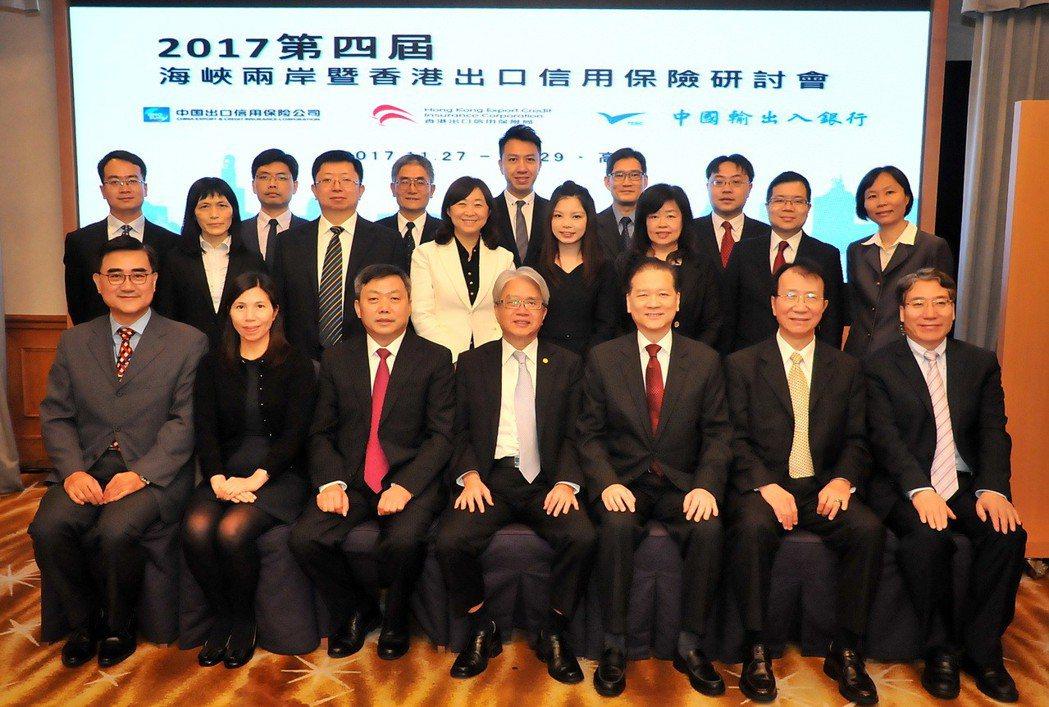 輸銀理事主席林水永(前排中)、副總廖政聰(前排右二)與出席代表合影。 輸銀/提供...