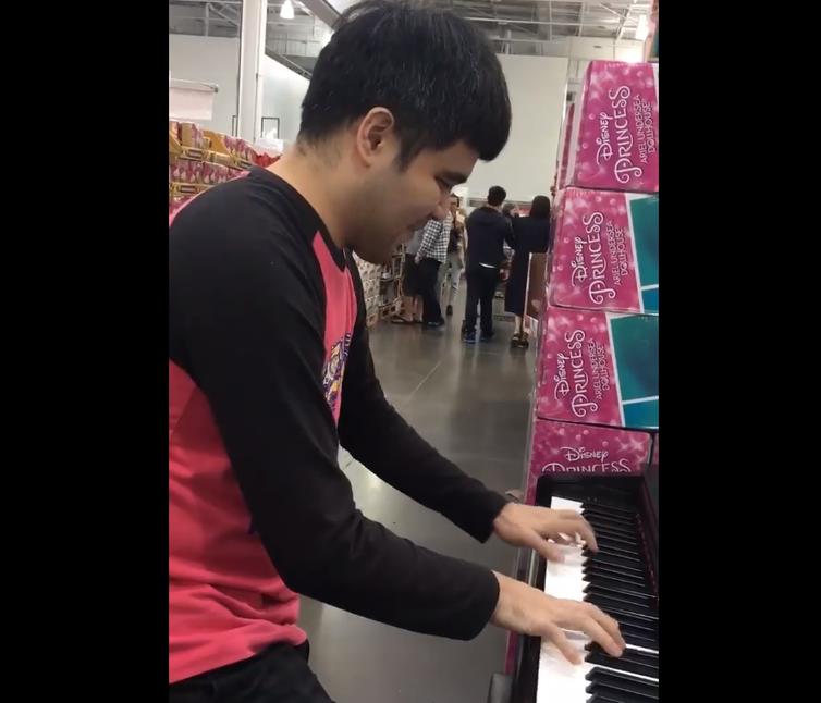 一名莊姓網友在好市多巧遇一名視障男子現場演奏展示鋼琴,卻沒發現是電影《逆光飛翔》...