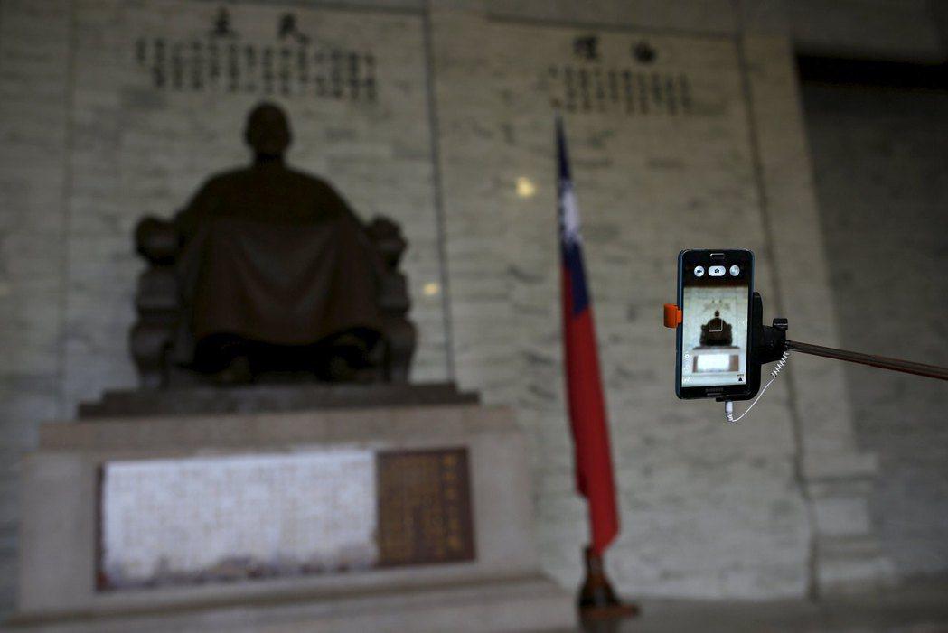 《促轉條例》通過後,出現於公共建築或場所之紀念、緬懷威權統治者之象徵,應予移除、改名或以其他方式處理。 圖/路透社