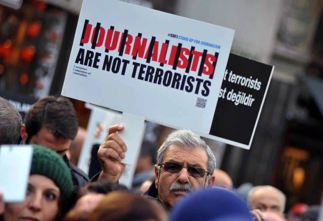 「年度歐洲記者獎」頒給敦達爾,既鼓舞為了新聞自由努力的記者們,卻也是哀嘆一個國家...