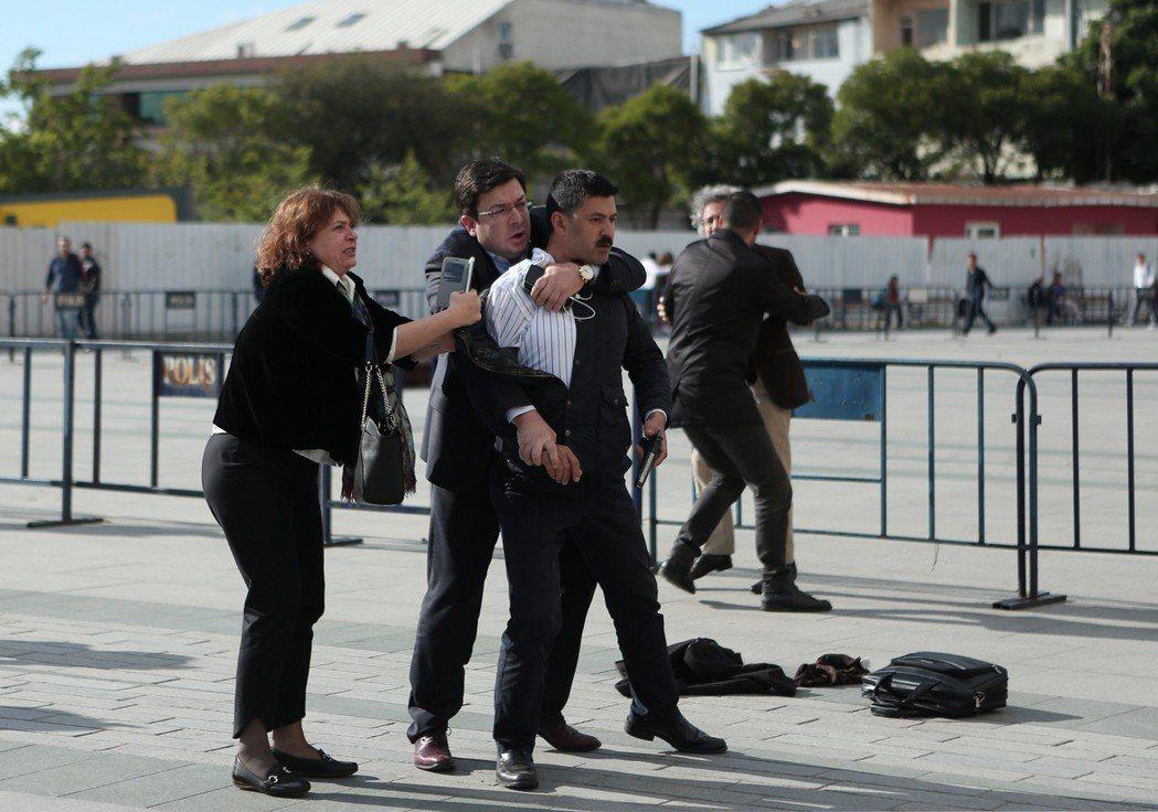 在土耳其,暗殺者對他發動攻擊稱他為「叛國者」,光天化日下對他開槍,幸虧他的妻子及...